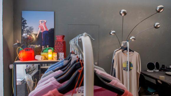 Fotos und Upcycling-Lampen von Ivo Hofsté sowie Shirts von Kussay gibt's bei Ivooo.