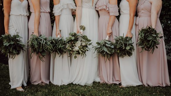 Braut und Brautjungfern in Kleidern