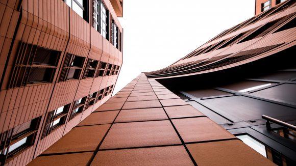 Häuserfassade von unten fotografiert
