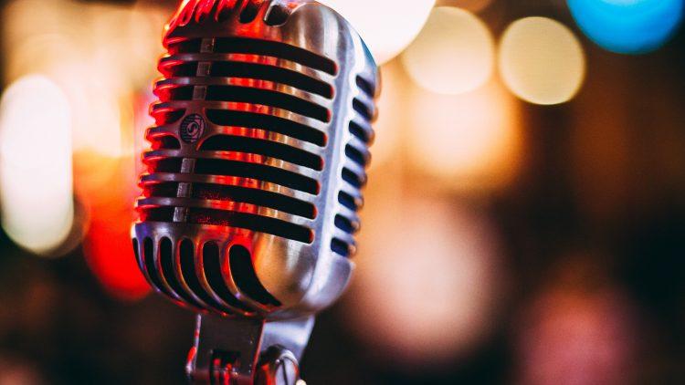 altes Vintage Mikrofon Symbolbild Balkaneros Bar Spandau