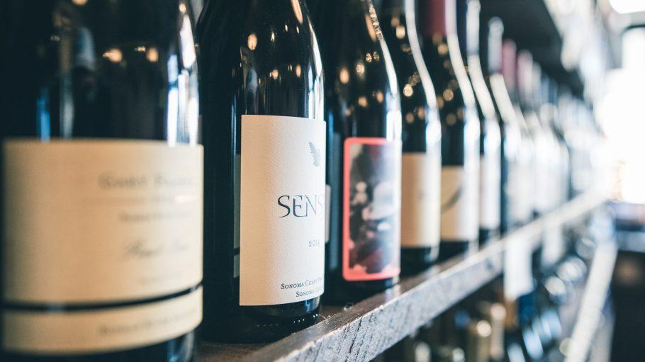 """Neben allerlei Hüten und Mützen gibt es bei """"Hut und Vino"""" eine Auswahl an edlen Weinen aus Osteuropa."""