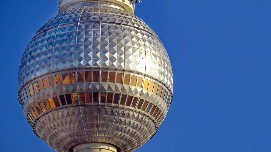 Nahaufnahme Fernsehturm am Alexanderplatz