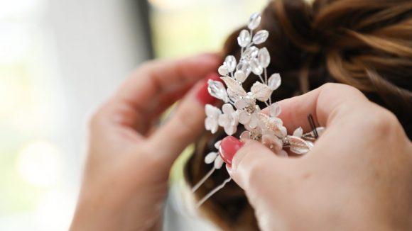 Brosche wird in Brauthaare gesteckt