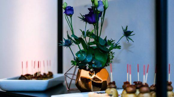 Blumenvase und Tischbuffet