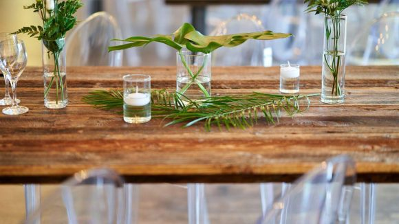 Tischdekoration mit transparenten Vasen