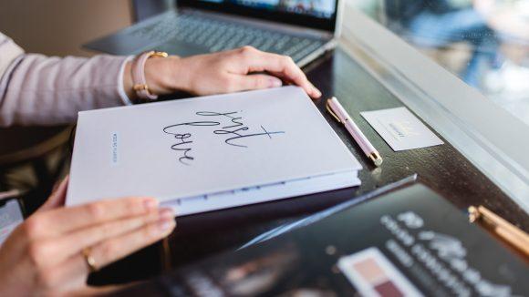 Wedding Planner Buch auf Schreibtisch