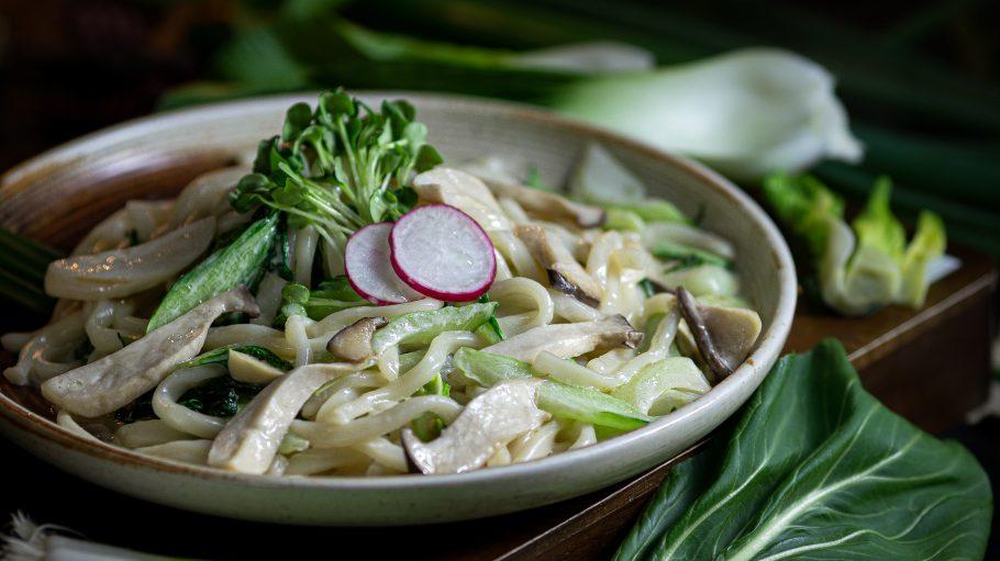 Vegetarische Udon Carbonara mit Pilzen, Pak Choi und Ei im Little Long