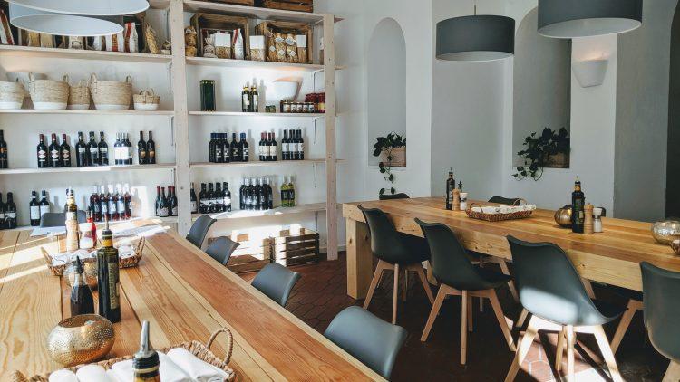 Holztische, italienische Spezialitäten im Alma Mia in Charlottenburg