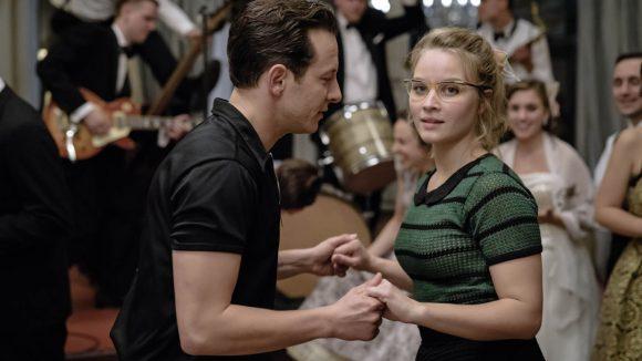 Eine Frau und ein Mann halten sich bei den Händen und tanzen
