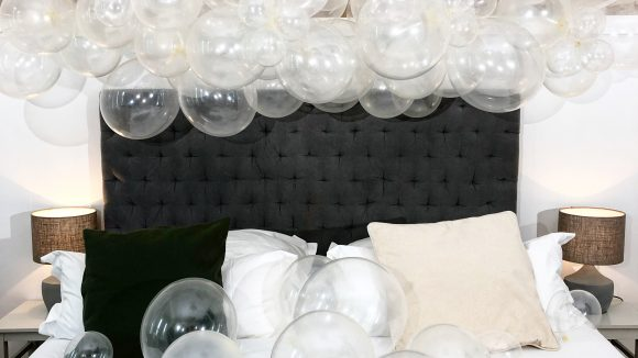 ballon-fantasia-transparente-ballons-ueber-bett