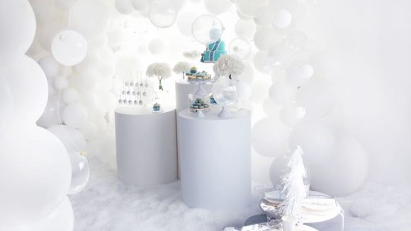 Weiße Ballons im weißen Raum dekoriert