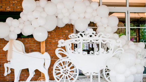 Weiße Luftballons mit Pferdekutsche