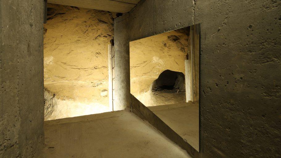 Teil eines Fluchttunnels über Spiegel einzusehen.
