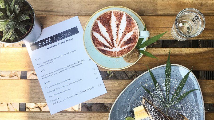 Kuchen und Kaffee mit Hanfblatt dekoriert