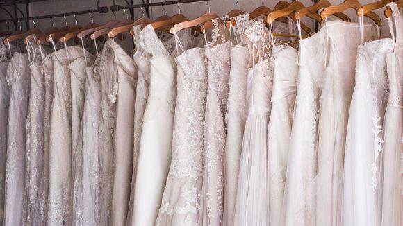 Weiße Hochzeitskleider auf der Stange