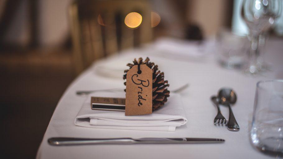Ein Tisch mit Braut-Pickel