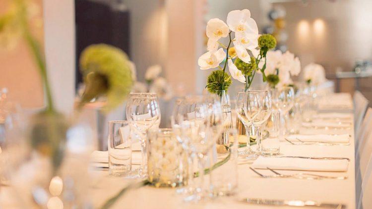 Tisch mit Gedecken und Blumen-Dekoration von Flower & Art