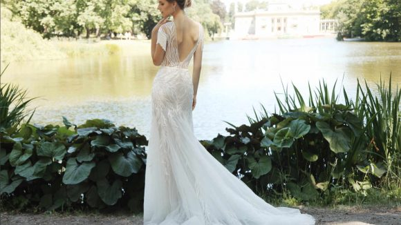 Frau in Brautkleid vor einem See