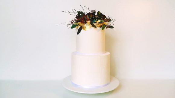 Hochzeitstorte-mit-Dekoration-in-weiss