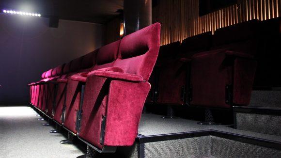 Bequeme Sitze und viel Platz für die Beine sorgen für Komfort beim Gucken. Die Wand im Hintergrund ist noch nicht ganz fertig.