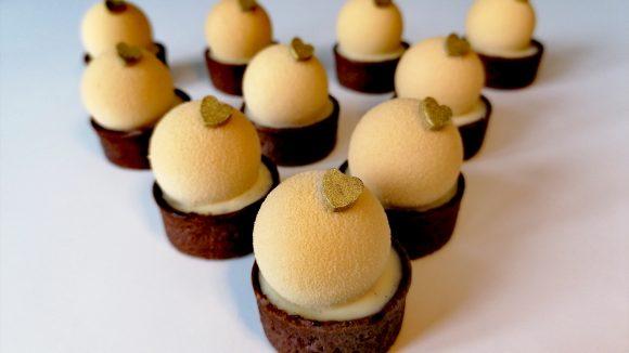 Kleine Törtchen mit einer französischen Mousse aus belgischer Karamelschokolade