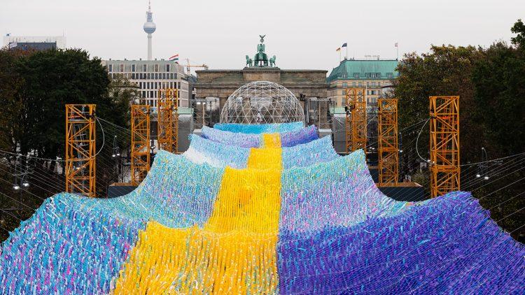 Blau-gelbes Wellenband vor dem Brandenburger Tor Berlin, Kunstinstallation