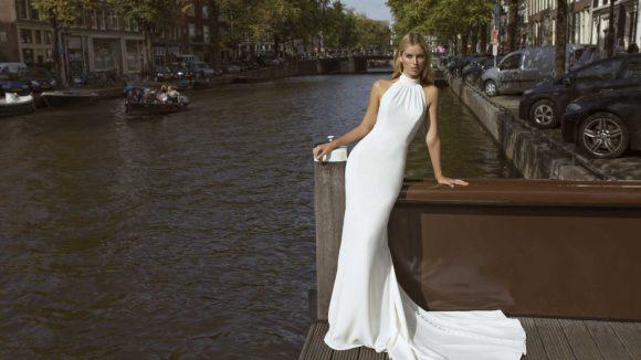 Frau in Brautkleid neben einem Fluss
