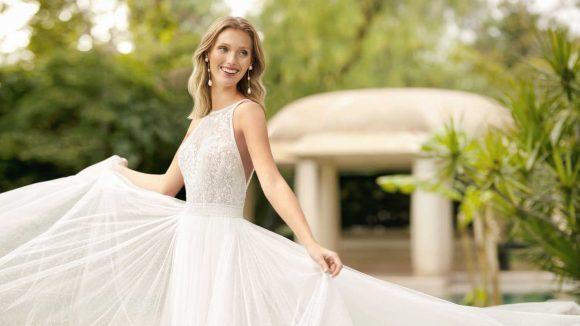 Braut im weißen aermellosen Hochzeitskleid