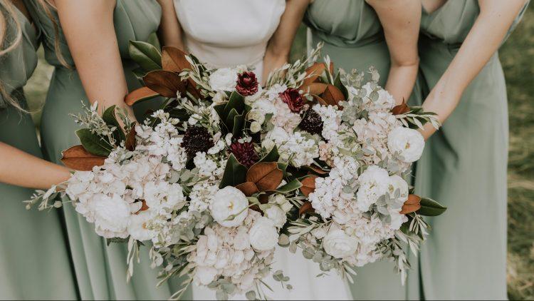 Sie verleihen nicht nur der Braut und den Brautjungfern, sondern auch jeder Location das besondere Etwas: Blumen vom Floristen.
