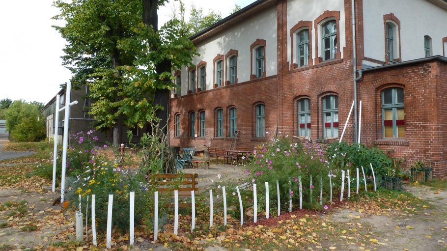 Haus teils aus Backstein mit Garten und Baum bei Alter Börse Marzahn
