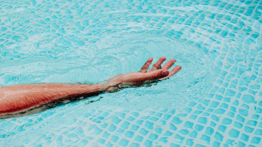 Arm schwebend im Wasser