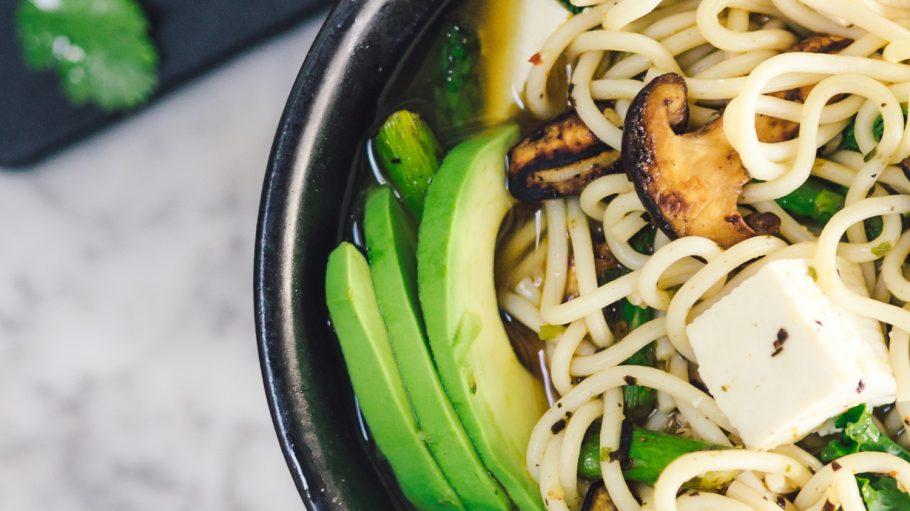 Schüssel mit asiatischem Essen: Nudeln, Gemüse