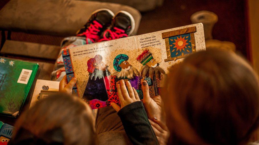 Frau liest Kind vor