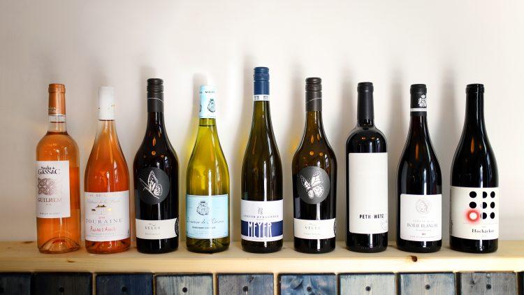 Weinflaschen auf Holzboard