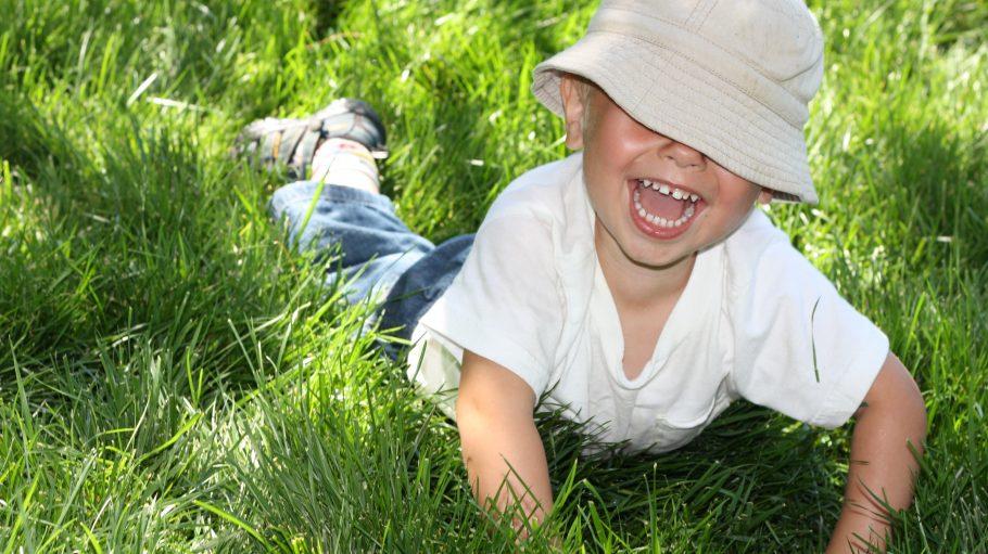Lachendes Kind im Gras