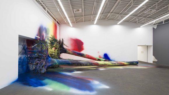 """""""I Think This Is a Pine Tree"""" ist ein Werk von Katharina Grosse, die zu den wichtigsten Künstlerinnen der Gegenwart zählt."""