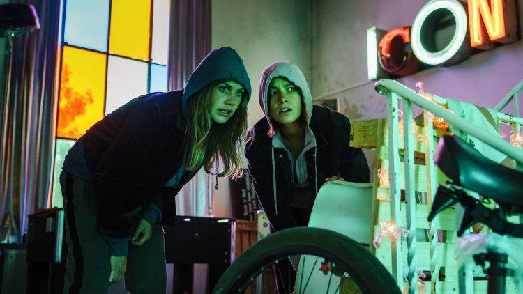 Lolle (Felicitas Woll) findet in Dana (Janina Uhse) eine gute Freundin.