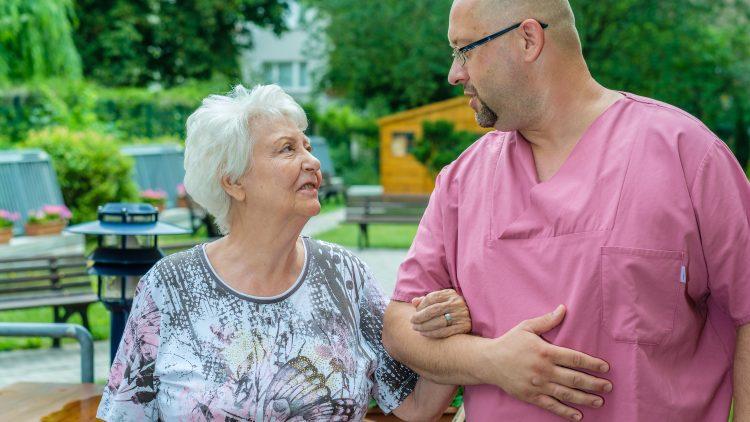 Von Mensch zu Mensch: Pflege bedeutet auch Verständnis.