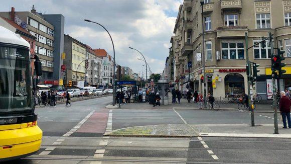 Seestraße mit Straßenbahn, Passanten, Fußgängerampel und Kreuzung