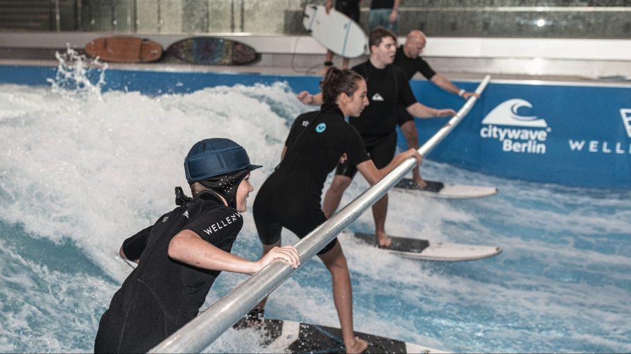 Gar nicht so leicht wie zuerst gedacht, das Surfen auf der künstlichen Welle.