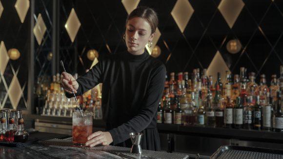 Amelie Hornung beim Cocktail mixen vor Bar