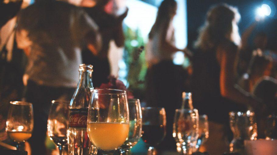 Tisch in Bar mit Bier