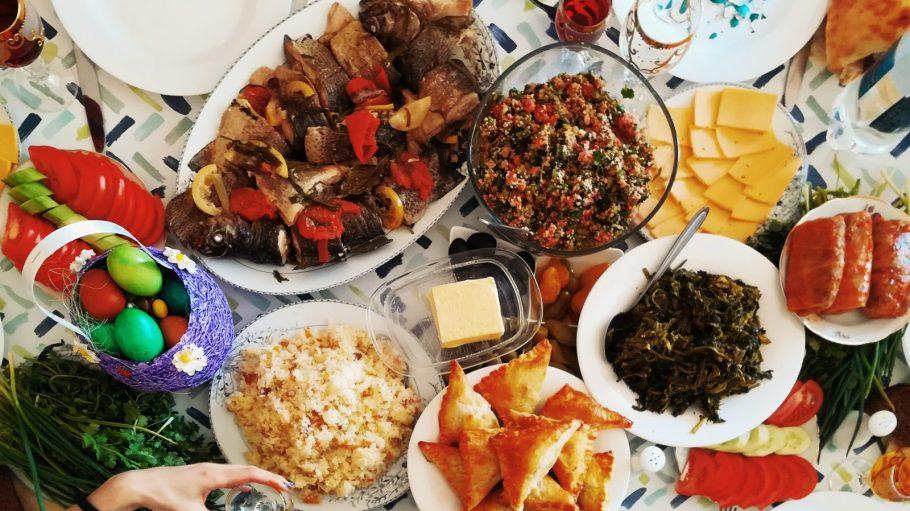 Bunte Tischdecke mit vielen Gerichten darauf