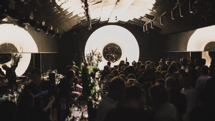 Bar mit feiernden Menschen