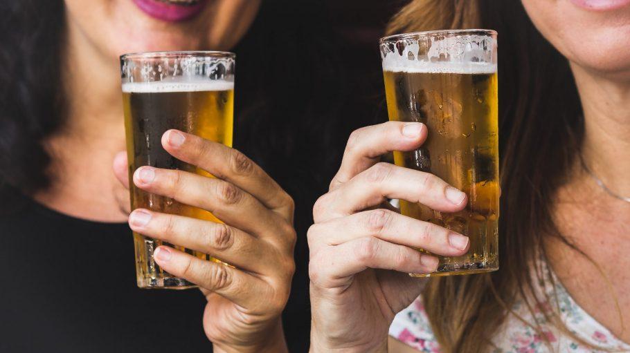 Biergläser in zwei Frauenhänden