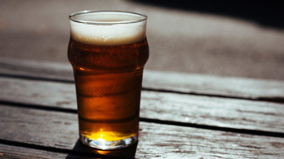 Bierglas in der Sonne