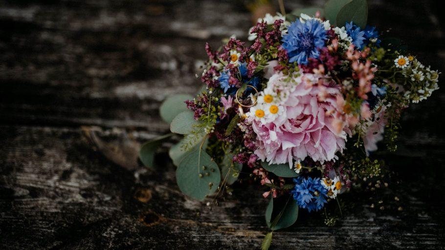 Ein Blumenstrauß auf Holztisch