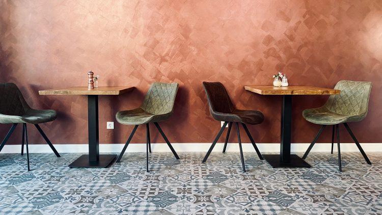 Stühle und Wand im New Yorck Café in Schöneberg
