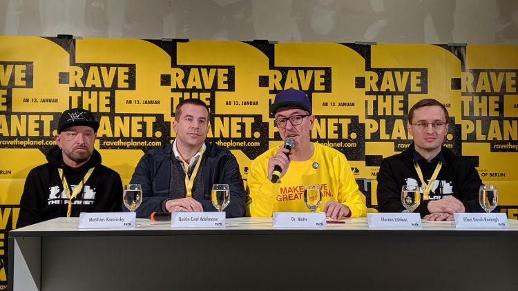 Vier Männer auf Pressekonferenz