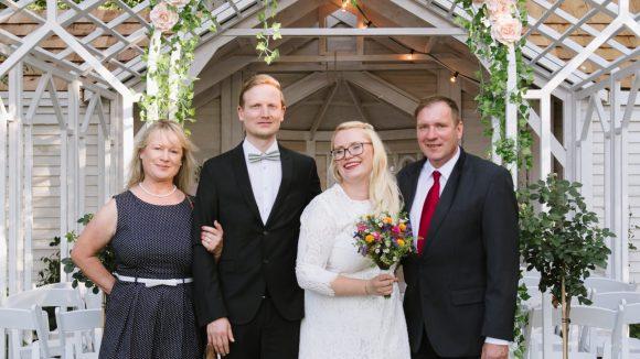 Brautpaar vor Kapelle